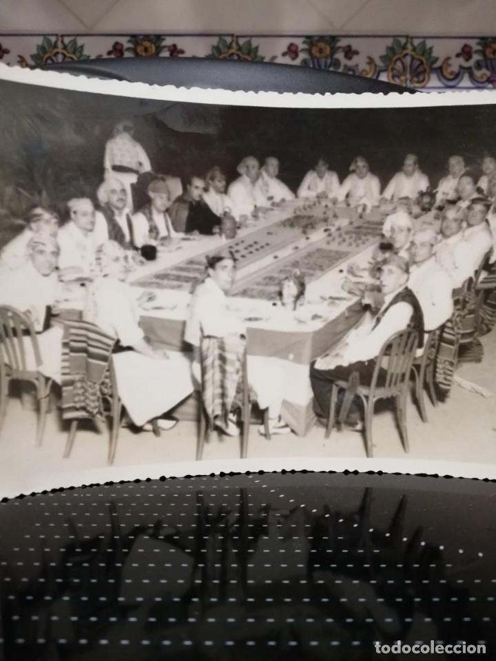 Fotografía antigua: Antigua fotografía de valencianos con traje típico al rededor de una mesa - Foto 2 - 156011006