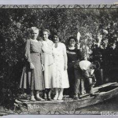 Fotografía antigua: E95- EXTRAORDINARIA FOTOGRAFIA ANTIGUA - GRUPO DE AMIGAS EN UNA BARCA - TIENE UN CRISTAL. Lote 156694714