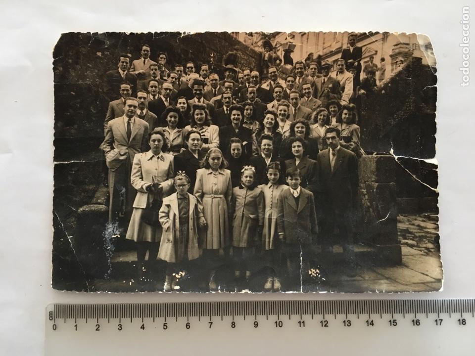 FOTO. GRUPO NUMEROSO EN LA ESCALERA DEL MONUMENTO. FOTOS SANTISO. SANTIAGO. H. 1950? (Fotografía - Artística)