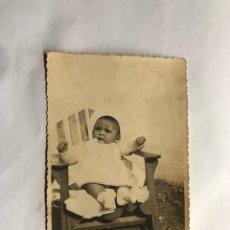 Fotografía antigua: NIÑOS. FOTOGRAFÍA ANTIGUA. BEBE AL SOL, SENTADO EN SU TRONA... (H.1940?). Lote 157491884