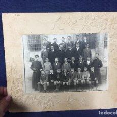 Fotografía antigua: NIÑOS CLASE POSANDO CURAS CLASE BANCOS PPIO S XX NO FOTOGRAFO 20,5X25CMS. Lote 158225570