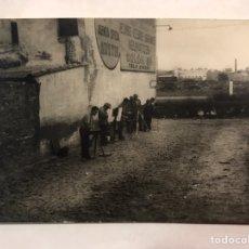 Fotografía antigua: FOTOGRAFÍA. MONTEOLIVETE (VALENCIA) CONCURSO PINTURA. EXTERIORES DE NEUMÁTICOS COLÓN (A.1957). Lote 158752962