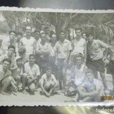 Fotografía antigua: GUARDAMAR ALICANTE EQUIPO FUTBOL DE LA OJE JUEGOS ACADEMIA ONESIMO REDONDO POST GUERRA CIVIL. Lote 158880342