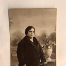 Fotografía antigua: RETRATO FOTOGRÁFICO. SEÑORA POSANDO. RETRATO DE ESTUDIO. AUTOR: J. LLOPIS (H.1930?). Lote 159068525