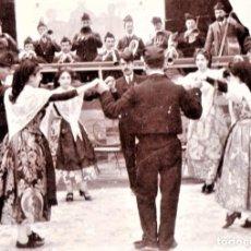 Fotografía antigua: ANTIGUA FOTOGRAFIA DANZA CATALANA DE LA SARDANA Y ORQUESTA -COBLA-FINALES SIGLO XIX,EN SEVILLA,RARA. Lote 160017934