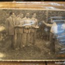 Fotografía antigua: ACADEMIA ONESIMO REDONDO FOTOS EN RAFOL 1948 ORIHUELA FALANGISTAS CON DOCUMENTOS EN FILA. Lote 160671394