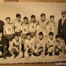 Fotografía antigua: OJE MANDO EQUIPO ATLETISMO ACADEMIA ONESIMO REDONDO EN ALICANTE 1965 CIUDAD DEPORTIVA. Lote 160706294