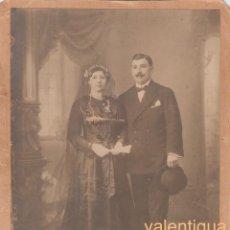 Fotografía antigua: MUY ANTIGUA FOTOGRAFÍA. PAREJA POSANDO CON VELO, ABANICO Y SOMBRERO. FINALES XIX PRINCIPIOS XX BODA. Lote 161137558
