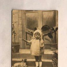 Fotografía antigua: NIÑOS. FOTOGRAFÍA ANTIGUA. RETRATO. AMPARIN Y SU PERRITO. RETRATO ESTUDIO. ORIGINAL (H.1920?). Lote 161739262