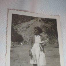 Fotografía antigua: FOTO AÑOS 30/40; NIÑA POSANDO CON MUÑECA. Lote 163712646