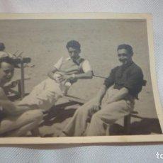 Fotografía antigua: FOTO AÑOS 30/40 POSANDO EN LA PLAYA. Lote 163726254