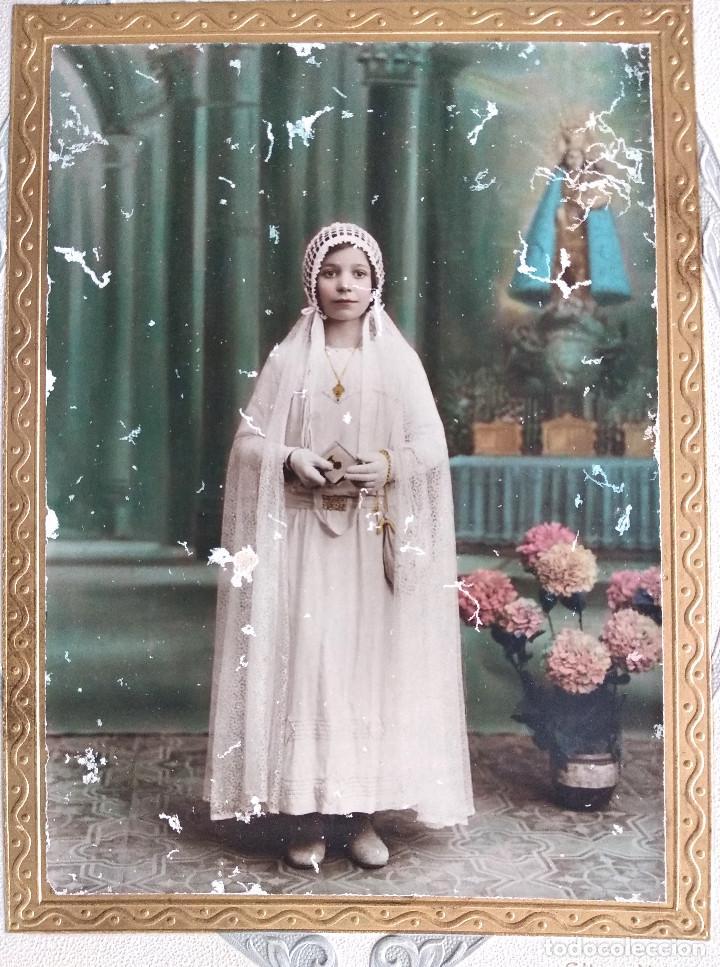 Fotografía antigua: RECUERDO DE COMUNIÓN DE UNA NIÑA - COLOREADA - FOTÓGRAFO ELISEO VILA, JÁTIVA - CARTÓN EN RELIEVE - Foto 3 - 163927662
