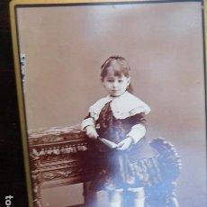 Fotografía antigua: FOTOGRAFIA ARTÍSTICA.- NIÑA SOBRE SILLA, 11 X 16 CM. M. ALVIACH, MUCHOS PREMIOS EN EXPOSICIONES.. Lote 164809866