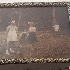 Fotografía antigua: ANTIGUA FOTOGRAFÍA AÑO 1940 REALIZADA EN MARRUECOS CON BONITO MARCO DE MADERA MEDIDAS 25X20. Lote 165648345
