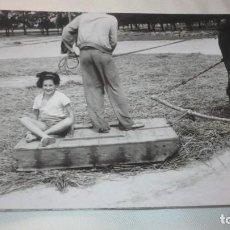 Fotografía antigua: FOTO AÑOS 50/60 EN LA ERA TRILLANDO. Lote 165734182
