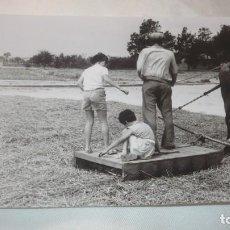 Fotografía antigua: FOTO AÑOS 50/60 EN LA ERA TRILLANDO. Lote 165758986