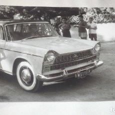 Fotografía antigua: FOTO AÑO 1960; COCHE DE ÉPOCA CON NIÑOS OBSERVANDO.... Lote 165766534