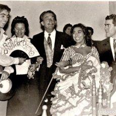 Fotografía antigua: FOTOGRAFIA ORIGINAL DEL PINTOR SALVADOR DALI Y SU MUSA GALA,CON ARTISTAS GITANOS FLAMENCOS,AÑOS 60. Lote 165782510