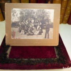 Fotografía antigua: EXTRAORDINARIA FOTOGRAFÍA DE GRUPO DE TEATRO O SIMILAR SIENDO RETRATADAS POR FOTÓGRAFO. FECHADA 1901. Lote 166959900