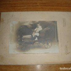 Fotografía antigua: (ALB-TC-100) ANTIGUA FOTOGRAFIA NIÑO CON COCHE. Lote 167544552