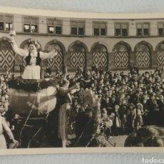 Fotografía antigua: FOTOGRAFÍA FOTO DE MULTITUD DE GENTE VIENDO DESFILE FESTIVO ALEMÁN AÑOS 30/40.. Lote 167987518