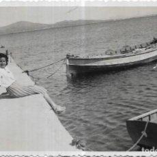 Fotografía antigua: *** H553 - FOTOGRAFIA - BONITA JOVEN JUNTO A UNAS BARCAS - POLLENSA - MALLORCA 1944. Lote 168120284