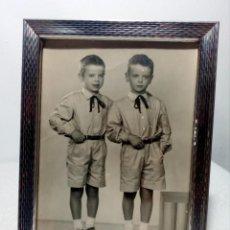 Fotografía antigua: FOTO DE ESTUDIO DE DOS NIÑOS GEMELOS O MELLIZOS CON PORTARETRATOS INOX (AÑOS 50) MANRESA - VERT. Lote 168135952