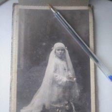 Photographie ancienne: FOTO ANTIGUA PRIMERA COMUNIÓN NIÑA FINALES DEL XIX CASTRILLO BILBAO CON FUNDA VIZCAYA. Lote 168344332