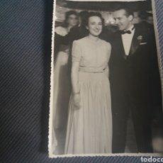 Fotografía antigua: FOTO ELEGANTE PAREJA GALA BAILE EN TEATRO DANCING SMOKING 17 X 12 CM AÑOS 50. Lote 168490032