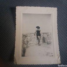 Fotografía antigua: PRECIOSA FOTO BELLA JOVEN VESTIDO SEXY FRANCIA NIZA 1952 11X8 CM. Lote 168495760
