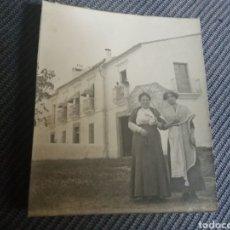 Fotografía antigua: FOTO 2 SEÑORAS CASA DE CAMPO BADAJOZ 6 X 9 CM C.1910. Lote 168499292