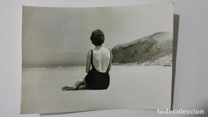 FOTOGRAFIA SEÑORITA POSANDO EN LA PLAYA, MEDIDAS 10 X 7 CM, AÑOS 60 (Fotografía - Artística)