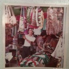 Fotografía antigua: FOTOGRAFÍA, FOTO AÑOS 70, EN MERCADILLO.. Lote 169264848
