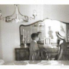 Fotografía antigua: == CU163 - FOTOGRAFIA - PAREJITA DELANTE DE UN ANTIGUO APARADOR. Lote 169321268