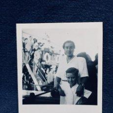 Fotografía antigua: FOTO MADRE E HIJO ANTE PASARELA TRANSBORDADOR BARCO CRUCERO AÑOS 40 9X6CMS. Lote 170401260