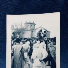 Fotografía antigua: FOTO SEMANA SANTA LOS PICADOS PROCESION SAN VICENTE DE LA SONSIERRA LOGROÑO 1955 12X9CMS. Lote 170404396