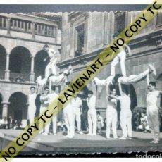 Fotografía antigua: FALCONS - CASTELLERS ACROBÀTICS DE BARCELONA - CATALUNYA AÑOS 50 - ORIGINAL. Lote 171069772