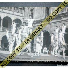 Fotografía antigua: FALCONS - CASTELLERS ACROBÀTICS DE BARCELONA - CATALUNYA AÑOS 50 - ORIGINAL. Lote 171069887