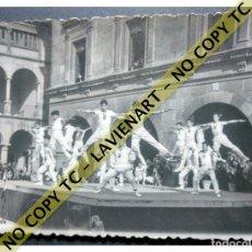 Fotografía antigua: FALCONS - CASTELLERS ACROBÀTICS DE BARCELONA - CATALUNYA AÑOS 50 - ORIGINAL. Lote 171069894
