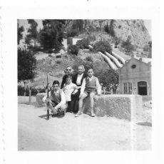 Fotografía antigua: == AB425 - FOTOGRAFIA - DOS AMIGA CON TRES JOVENCITOS - CHULILLA 1957. Lote 171524012
