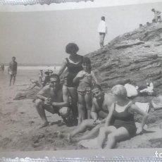 Fotografía antigua: 53-FOTO ANTIGUA GIJON, FAMILIA EN PLAYA DEL TALLERIN, EN EL MUSEL, AÑOS 50-60. Lote 171677297