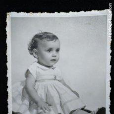 Fotografía antigua: FOTOGRAFÍA ANTIGUA DE ESTUDIO AMER DE NIÑA POSANDO VALENCIA. Lote 171717925