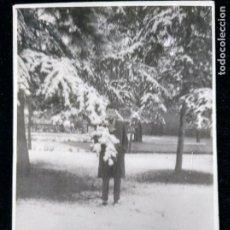 Fotografía antigua: FOTOGRAFÍA ANTIGUA JÓVEN POSANDO EN PAISAJE NEVADO. Lote 172016663