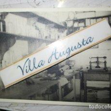 Fotografía antigua: IMPRENTA DE ALICANTE 1954 FOTO ANTIGUA CAJONES Y ESTANTES CON PERIODICOS Y FRASCOS. Lote 172211740