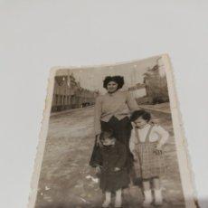 Fotografía antigua: ANTIGUA FOTOGRAFIA. MADRE CON SUS HIJOS. . Lote 172361897