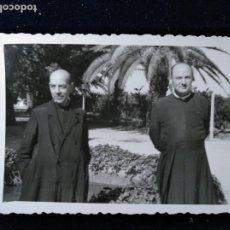 Fotografía antigua: ANTIGUA FOTOGRAFÍA DOS CLÉRIGOS CURAS POSANDO . Lote 172612430