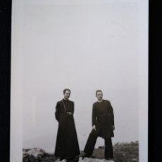 Fotografía antigua: ANTIGUA FOTOGRAFÍA DOS CLÉRIGOS CURAS POSANDO . Lote 172616943
