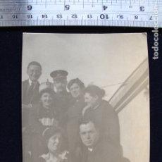 Fotografía antigua: FOTOGRAFÍA GRUPO POSANDO CON GORROS MILITARES ? AÓS 10 20. Lote 173452902