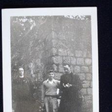 Fotografía antigua: FOTOGRAFÍA MUCHACHO JOVEN POSANDO CON DOS CURAS . Lote 173454647
