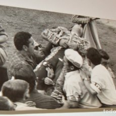 Fotografía antigua: COGIDA DE PACO CAMINO - 2 FOTOS DRAMÁTICAS - CHAPRESTO - CON SELLOS - TAUROMAQUIA. Lote 173538487